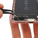 iPhone 7の底面左側の穴はスピーカー用ではなく、気圧調整用であることが判明!