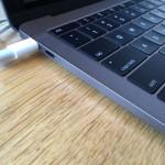 MacBook Pro(Late 2016)に電源を複数接続した場合、給電能力が一番高いものが自動で使用される模様